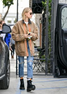 10 items Jennifer Lopez, Amal Clooney and Hailey Bieber would buy from Zara ., 10 items Jennifer Lopez, Amal Clooney and Hailey Bieber would buy from Zara - Hailey Bieber Zara ripped jeans - Street Style Boho, Street Style Outfits, Looks Street Style, Mode Outfits, Looks Style, Urban Style Outfits, Men's Style, Model Street Style, Style Men