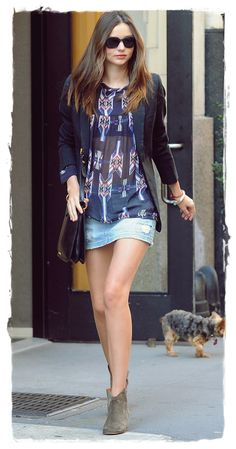 Miranda Kerr Outfit Idea: Dress Up a Denim Skirt With a Blazer Miranda Kerr Outfits, Miranda Kerr Street Style, Look Fashion, Star Fashion, Fashion Glamour, Street Fashion, Casual Chic, Style Blazer, Weekend Style
