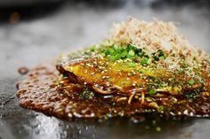 本家オタフクお好みソースを使った広島お好み焼きがバンコクで食べられるお店!旨みが詰まったオタフクお好みソースをかけた広島焼き、広島焼きそば、とん平焼き、たこ焼きが堪らない。ジャパンクオリティの味を味わえます。店内では、オタフクお好みソースの販売もしていますよ。