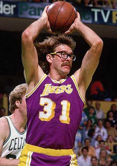 """Kurt """"Rambo"""" Rambis, a high energy player of the """"Showtime"""" Los Angeles Lakers, sporting the classic YMCA Rec league dad glasses + elastaband look. Showtime Lakers, James Worthy, Kareem Abdul Jabbar, Nba Championships, Nba Stars, Basketball Players, Basketball History, Basketball Uniforms, Sports Teams"""