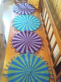 Birgitta i Kalmarbutiken har också stickat 7:ans tabell, hon har gjort sittdynor.Sittdynorna mäter 50 cm i diameter och väger 200 gram. Det är sittdynor i bilen, på trädgårdsstolar, kökssoffan…