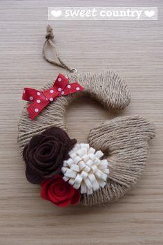 lettere decorative con cordoncino grezzo e fiori di feltro