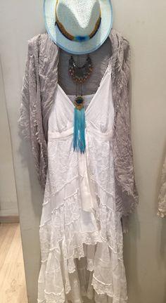 Vestido Piluca Bayarri Ibiza, bijouterie Mimi Scholer y sombrero artesanal