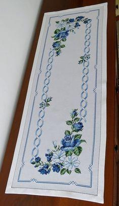 Runner rose blu e campanule bianche