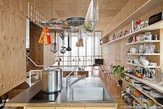 Dans la capitale nipponne, 50 % de la population vit seule. En réponse à cette évolution sociétale, l'architecte Satoko Shinohara, épouse du célèbre Kengo Kuma, a imaginé la maison « share yaraicho », un habitat partagé proposant une alternative à la solitude moderne urbaine.