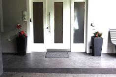 Béton Brut Betonfußboden im Außenbereich. Farbe 19 Asfalt. Realisierung www.shema.at #betonbrut #betonlook #betonboden #betonwand Oversized Mirror, Furniture, Home Decor, Concrete Wall, Colors, Homes, Tips, House, Nice Asses