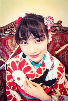 【画像あり】能年玲奈さん、桃の節句にレトロな美人画風ポージング:キニ速