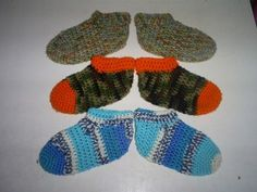 Kids One Piece No Sew Slippers and more super cozy crochet slipper patterns at mooglyblog.com!
