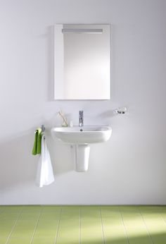 The sink: D-Code from Duravit with overflow and siphon cover is white ceramic. Its design is essential: a simple rectangle with rounded corners. Size W 65 x D 46 cm