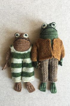 La grenouille et le crapaud : les modèles à tricoter Frog Knitting Projects, Crochet Projects, Sewing Projects, Frog And Toad, Yarn Crafts, Clay Crafts, Felt Crafts, Hand Knitting, Knitting Toys