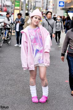 Marimo on the street in Harajuku wearing a t-shirt by the Japanese artist Amu (a collaboration with Candye Syrup Harajuku), a hoodie, loose socks, and Crocs. Full Look Tokyo Street Fashion, Tokyo Street Style, Japanese Street Fashion, Japan Fashion, Harajuku Girls, Harajuku Fashion, Kawaii Fashion, Cute Fashion, Fashion Looks