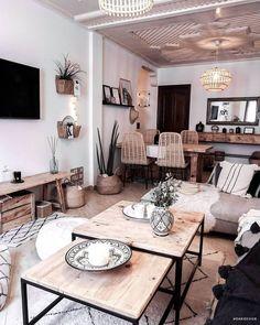 Transformez votre salon en un oasis boho. Pour un salon tendance et cosy, découvrez et inspirez-vous de notre sélection de canapés, tapis, tables basses, lampes et autres objets déco. // 📷@daridesign Salon Décoration Maison Scandi Boho Inspiration #décomaison #boho #salon#canapé #tapis #scandi #lampe#décoration