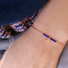 Ce petit bracelet dune longueur de 12,5 cm est composé de perles de rocailles tres fines Miyuki enfilées sur une chaine serpentine en laiton doré. Une