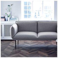 5 x design bank inspiratie voor een Scandinavische inrichting en woonkamer van merken als Hay, Muuto en Woud. Meer inspiratie op het blog Furniture Arrangement, Living Room Designs, Shelving, Sofas, Love Seat, Couch, Chair, Storage, Table