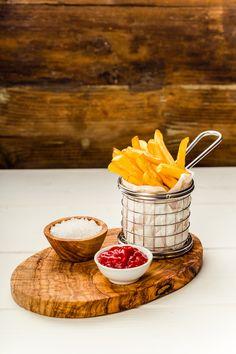 Pic: French fries in a basket - French fries Cafe Food, Food Menu, Comida Fusion, Kalender Design, Bistro Food, Party Food Platters, French Fries, Food Cravings, Food Presentation