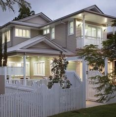 Queenslander home - Traditional design but a modern look behind a perfect white picket fence Queenslander House, Weatherboard House, Hamptons Style Homes, Hamptons House, Exterior House Colors, Exterior Design, Exterior Paint, House Front, My House