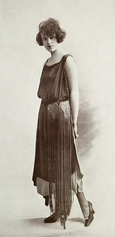 vintage everyday: Fashion in the Roaring Twenties – 36 Gorgeous Vintage Photos of Women in Evening Gowns during the 20s Fashion, Art Deco Fashion, Fashion History, Fashion Photo, Retro Fashion, Vintage Fashion, Female Fashion, Fashion Top, Fashion In The 1920s