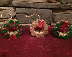 Mini Wine Cork DIY Ideas to Christmas Ornaments Mini Wine Cork Christmas Decoration inspirations; Perfect for Rustic Cottage; Cabin or Lodge Decor Wine Cork Wreath, Wine Cork Ornaments, Wine Cork Art, Wine Corks, Christmas Wine, Diy Christmas Ornaments, Christmas Wreaths, Christmas Decorations, Christmas Ribbon