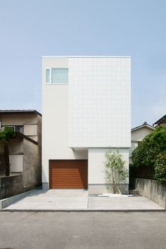 An urban garage house in Japan Japanese Modern House, Modern Tiny House, Minimalist Architecture, Space Architecture, Building Exterior, Building A House, Japan Interior, Small House Exteriors, Design Exterior