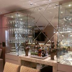 O mosaico de espelhos bisotes com as cristaleiras de vidro deram o toque de classe e modernidade ...