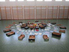 Instalación de juego simbólico: cajas, telas, cintas de colores