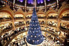 Alberi di Natale nel mondo!!! Quello di Parigi ci sembra davvero très chic!  #babyjoggeritalia  #natale #vacanze