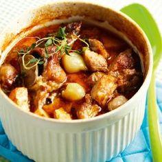 Possupata 1. Paloittele liha luun ympäriltä reiluiksi kuutioiksi. Kuumenna paistinpannu ja ruskista lihapaloja öljy-voiseoksessa, kunnes ne saavat kauniin värin. Ruskista myös luu. Mausta suolalla, pippurilla ja tomaattipyreellä. Siirrä lihat ja luu pataan. 2. Liota pikkusipuleita ensin kuumassa vedessä 10 minuuttia, niin kuoriminen sujuu helposti. Kuori ja lohko valkosipulinkynnet. Kuori ja leikkaa porkkanat ja lanttu reiluiksi …