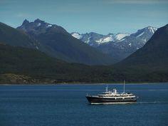 El Canal de Beagle es un estrecho en el archipiélago de Tierra del Fuego. En este canal, sus ojos ven muchas atracciones como una colonia de leones marinos.