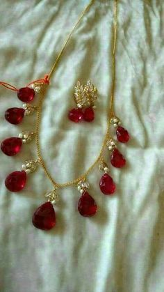 Pearl Necklace Designs, Beaded Jewelry Designs, Jewelry Design Earrings, Gold Earrings Designs, Gold Jewellery Design, Bead Jewellery, Pearl Jewelry, Gold Necklace, Indian Wedding Jewelry