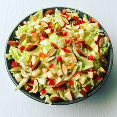 En god og velsmagende salat behøves ikke at kræve mange slags grøntsager! Her får du opskriften på en nem spidskålsalat med få ingredienser. Waldorf Salat, Vegan Runner, Salad Recipes, Healthy Recipes, Healthy Food, Vegan Gains, Vegan Pizza, Easy Food To Make, Vegetable Salad