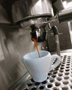 """A R O M A  D I  C A F F É  """"El mejor #Espresso  después de la rutina"""". Compartiendo sabores en #AromaDiCaffé . .  #MomentosAroma#SaboresAroma#ExperienciaAroma#Caracas#MejoresMomentos#Amistad#Compartir#Café#CaféVenezolano#PrensaFrancesa #FrenchPress#Coffee  #Espresso #CoffeePic #CoffeeLovers #CoffeeCake #CoffeeTime #CoffeeBreak #CoffeeAddicts #CoffeeHeart #InstaPic#InstaMoments#InstaCoffee#TerceraOla#BaristaLife#Barismo#EnjoyYourLife Visítanos en el C.C. Metrocenter pasaje colonial."""
