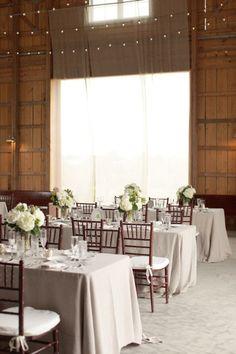 Mariage claire associant une pointe de rustique apporté par le bois du bâtiment et des chaises