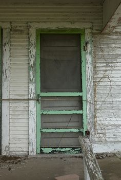 old chippy screen door. would LOVE an antique screen door like this for our house one day. Reminds me of my grandmother's screen door! Old Screen Doors, Wooden Screen Door, Old Doors, Vintage Screen Doors, Front Doors, Old Windows, Windows And Doors, Looks Vintage, Vintage Green