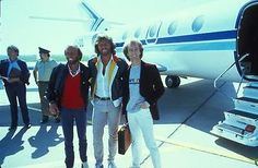 THE-BEE-GEES-AT-AIRPORT-BY-PLANE-FAMOUS-POPULAR-1970-039-S-GROUP-8X10-PHOTO-1
