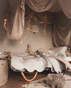 Sunday Grenadine - Page 3 sur 22 - Le blogzine lifestyle de toute la Famille Baby Bedroom, Home Bedroom, Girls Bedroom, Bedroom Decor, Bed Drapes, Scandinavian Kids Rooms, Baby Room Neutral, Baby Room Design, Little Girl Rooms