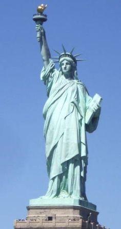 Statua della Libertà come simbolo di New York e di una nuova vita Sicuramente tutti noi associamo la Statua della Libertà alla città di New York, ma per milioni di immigranti, giunti negli Stati Uniti via