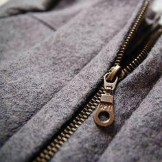 Progress on my #cascadedufflecoat, next up: toggle closures✂ Also, here you can see the nice texture of this wool.  Progreso con mi abrigo, próximo paso: los cierres (no sé cómo es su nombre en castellano 🙊)✂ Además, aquí se puede ver la bonita textura de esta lana.karu_arucostura,patronesdecostura,isew,patron,hechoamano,cascadedufflecoat,sewing,instasew,grainlinestudio,closeup,wip,zipper,sewingpattern,sewingproject,coser,lana,coat,sew,handmade,abrigo,coatmaking,wool,sewcialists