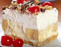 Rich, creamy and delicious dessert – with all the ingredients includes in this easy banana split cake, this recipe will be one you make again and box graham cracker crumbs Banana Split Cake Recipe, Banana Split Dessert, Dessert Parfait, Bon Dessert, No Bake Desserts, Delicious Desserts, Icebox Desserts, Trifle Desserts, Delicious Chocolate