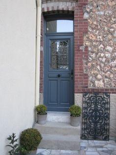 Volets gris avec menuiseries blanches volets pinterest for Quelle couleur pour une entree de maison