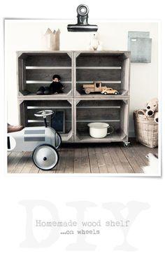 Ensamblar cuatro cajas de madera y añadir ruedas para crear una estantería: una buena idea, especialmente apropiada para habitaciones de niños.    Jongenskamer   goed idee 4 kisten op wielen: