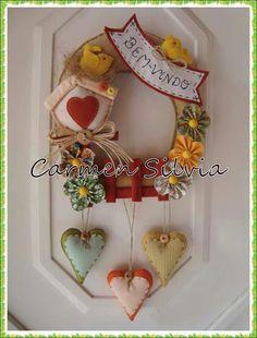 Guirlanda para porta...Bem-vindos!!! Felt Crafts Patterns, Felt Crafts Diy, Felt Diy, Handmade Crafts, Fabric Crafts, Felt Christmas, Christmas Projects, Christmas Ornaments, Blue Wedding Centerpieces