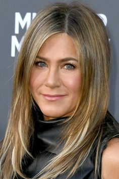 Celebeauty Sit-Down: Jennifer Aniston's Colorist Explains How to Keep Your Hair from Thinning as You Age - Modern Jennifer Aniston Hair Color, Jenifer Aniston, Jennifer Aniston Hair Products, Hair Color And Cut, Layered Hair, Celebrity Hairstyles, Hair Highlights, Pretty Hairstyles, Hair Hacks