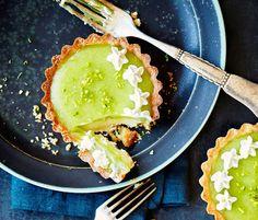Disse superlækre mojito-tærter har smagssammensætning som en vaskeægte mojito. Drinken består af hvid rom, rørsukker, frisk mynte og masser af lime – smagskomponenter der går igen i disse smukke skriggrønne minitærter.
