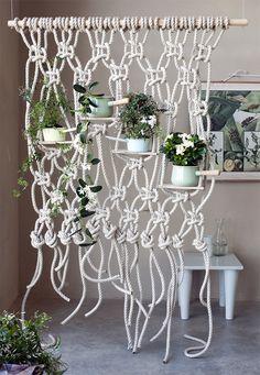 Met dit kunstige knoopwerk maak je niet alleen een originele #roomdivider, je geeft geurende witte bloeiers als #Stephanotis en #jasmijn meteen houvast om goed te kunnen klimmen en kronkelen met hun fraaie ranken. #Gardenia houdt haar takken en bloemen altijd keurig bij zich, en vormt zo een mooi staand tegenwicht. http://www.mooiwatplantendoen.nl/diy-gun-je-parfumplanten-een-klimrek