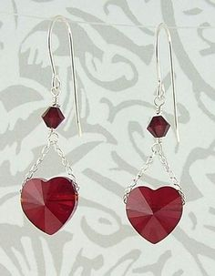 The elegance and beauty of Swarovski crystals are highlighted in this pair of earrings. A crystal heart suspended on a...tutorialharlequinbead.com