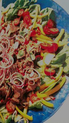 Marinerad Rostbiffsallad med lime chili, koriander, fisksås, vitlök och lite salt i marinaden +sallad, gul paprika, små tomster, rödlök, gurka och mera koriander. German Salads, Ratatouille, Vegetable Pizza, Chili, Vegetables, Ethnic Recipes, Food, Cilantro, Chile
