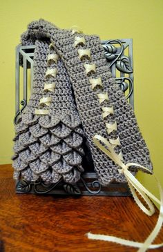 Crochet Crocodile Stitch Wrist warmers @Andrea / FICTILIS Barber These could match my scarf. :-)