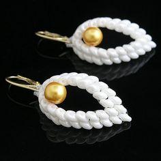 Náušnice v tvare slzy doplnené krásnou zlatou perličkou. Zapínanie je z bižutérneho kovu, pozlátené....