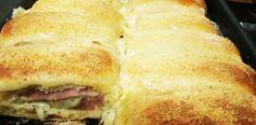 - 500g de farinha de trigo  - 50g de fermento biológico fresco  - 100g de açúcar  - 100g de margarina ou manteiga  - 2 ovos  - pitada de sal  - 250 ml de água  - 20 fatias de queijo prato  - 20 fatias de presunto  - 4 tomates em rodelas  - orégano a gosto Portuguese Recipes, Latin Food, Sweet And Salty, Pizza Recipes, Hot Dog Buns, Love Food, Delish, Sandwiches, Food And Drink