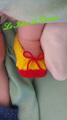 Scarpette bimba con fiocchetto all' uncinetto in lana rosse e gialle. Coordinate con la maschera di Biancaneve.